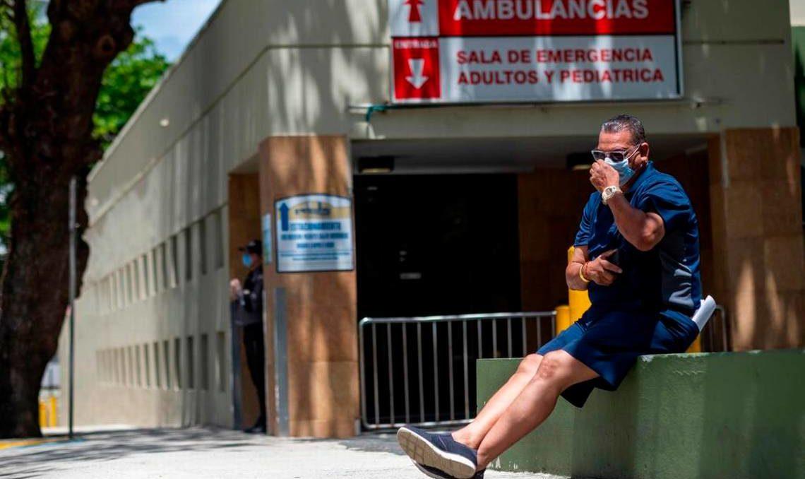Hombre esperando servicios de seguro medico durante pandemia