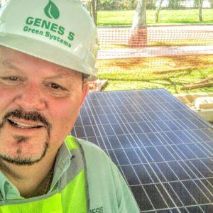 Peter Muller vistiendo distintivos de Genesis Solar