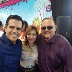 Peter Muller Maldonado junto a su esposa Evelyn Vázquez y Ricardo Rosselló
