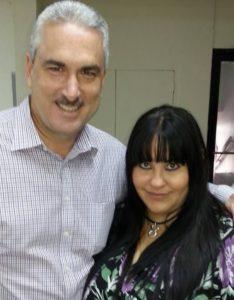 Lisandra Maldonado, esposa de Johnnie Méndez, junto a Rivera Schatz