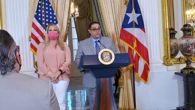 Osvaldo Soto García junto a Wanda Vázquez Garced en la Fortaleza