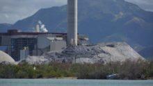 Carbonera AES en Guayama con montaña de cenizas al frente