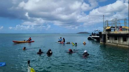 Manifestantes en kayaks impidiendo el paso de las lanchas de la ATM al puerto de Culebra