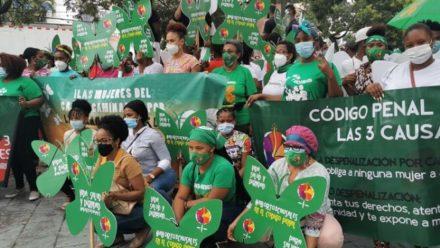 Grupo de mujeres vestidas de verdes con pancartas exigiendo las 3 causales.