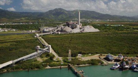 Fotografía aerea de la Carbonera AES en Guayama donde se observan montañas de cenizas acumuladas