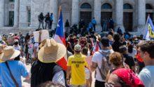 Manifestación frente al capitolio donde hay un perímetro establecido por la Policía de PR con vallas.